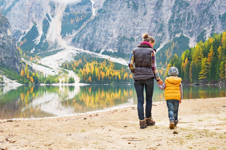 母親と赤ちゃんは、南チロル、イタリアの湖 braies の上を歩きます。リアビュー 写真素材