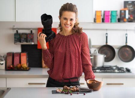 キッチンで雌性食べ物写真を笑顔の肖像画
