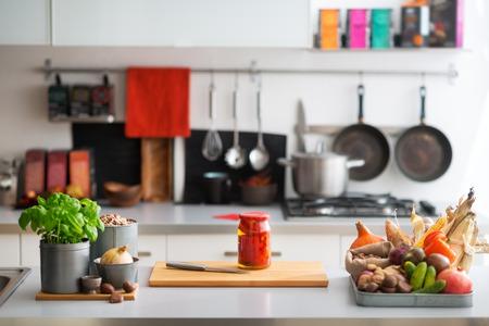 legumes: Gros plan sur la table avec des l�gumes dans la cuisine Banque d'images