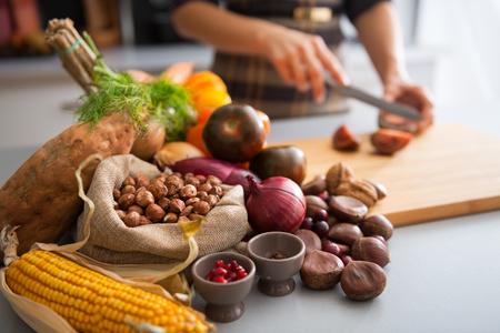 Detailansicht auf Gemüse und junge Hausfrau schneiden cherokee lila Tomaten Lizenzfreie Bilder