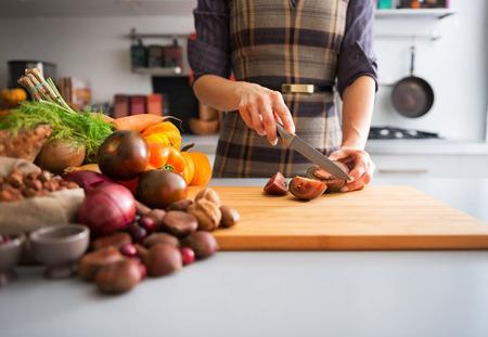 若い主婦切削チェロキー紫色のトマトのクローズ アップ
