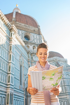 cattedrale: Happy young woman with map in front of cattedrale di santa maria del fiore in florence, italy