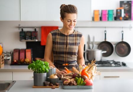 alimentos saludables: Tantas hermosas verduras y frutas frescas en el mercado. la generosidad de la madre naturaleza es increíble ...