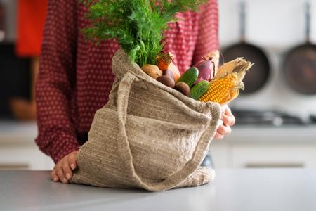 Een jute zak is weer vol met een selectie van de herfst groenten, met inbegrip van maïs, komkommers, uien en wortelen. De mogelijkheden zijn eindeloos...