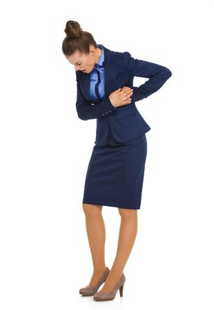 dolor de pecho: Una empresaria que sostiene a su lado en el dolor, en su parte superior del cuerpo, la celebraci�n de su caja tor�cica mientras mirando hacia abajo, con los ojos cerrados, y trabajar a trav�s del dolor.