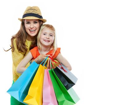 Bunte Stimmung der Familie einkaufen. Portrait der glücklichen Mutter umarmt Tochter mit Einkaufstüten auf weißem Hintergrund Standard-Bild