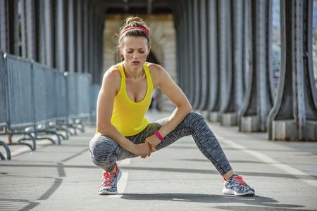 mujer deportista: gimnasio al aire libre en París. joven mujer sana relaja después de entrenamiento en Pont de Bir-Hakeim puente en París