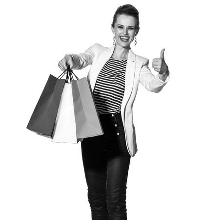 Einkaufen. Der französische Weg. Porträt in voller Länge der glücklichen jungen Frau, die französische Flagge zeigt, färbt Einkaufstaschen und greift oben auf weißem Hintergrund ab Standard-Bild - 75465353