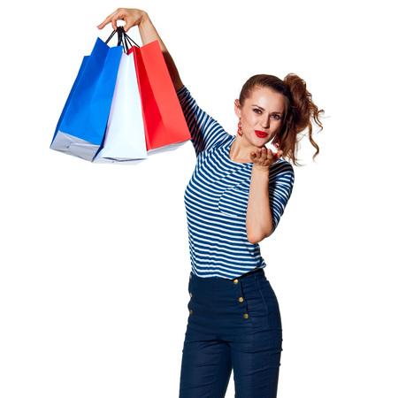 Einkaufen. Der französische Weg Ganzaufnahme der lächelnden modischen Frau mit Einkaufstaschen der Farben der französischen Flagge lokalisiert auf weißem Schlagluftkuß Standard-Bild - 77233577