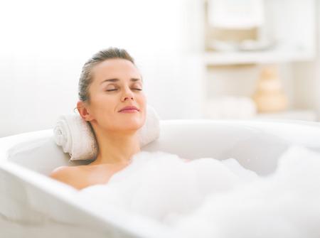 Felice giovane donna di relax in vasca da bagno Archivio Fotografico - 80681380