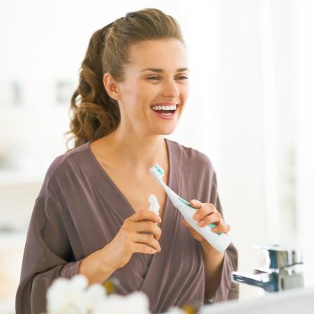 욕실에서 칫솔로 행복 한 젊은 여자 스톡 콘텐츠 - 81177109