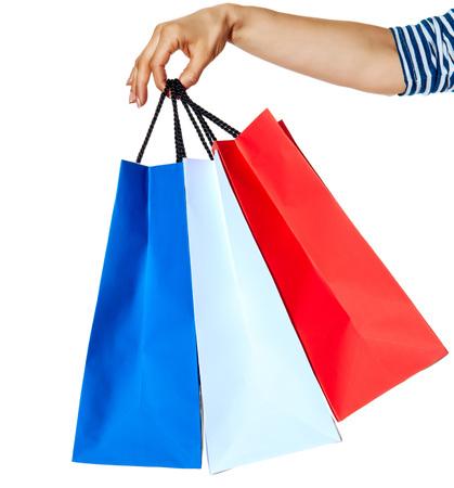 Shopping. De Franse manier. Close-up op handen met boodschappentassen van de kleuren van de Franse vlag geïsoleerd op een witte achtergrond