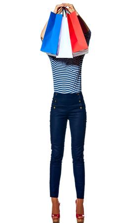 Shopping. De Franse manier. Full length portret van jonge mode-monger in de voorkant van het hoofd boodschappentassen van de kleuren van de Franse vlag geïsoleerd op wit