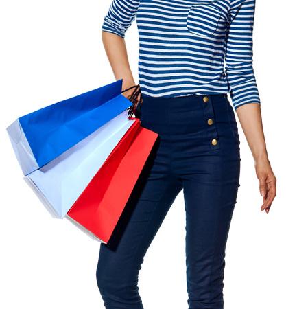 Shopping. De Franse manier. Close-up op moderne vrouw met boodschappentassen van de kleuren van de Franse vlag geïsoleerd op wit Stockfoto