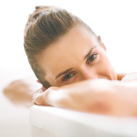 若い女性の浴槽でリラックス