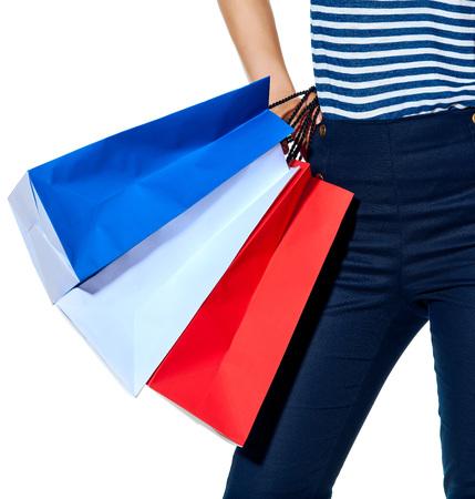 Boodschappen doen. De Franse manier. Close-up op modieuze vrouw met het winkelen zakken de kleuren van de Franse die vlag op witte achtergrond wordt geïsoleerd