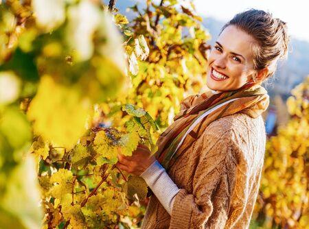 가을 포도원에서 행복 한 젊은 여자의 초상화 스톡 콘텐츠 - 83771745
