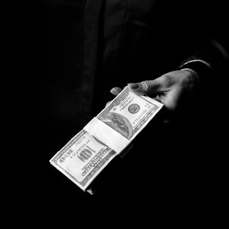 블랙 매니아. 달러의 팩을 보여주는 블랙에 절연 여성 손