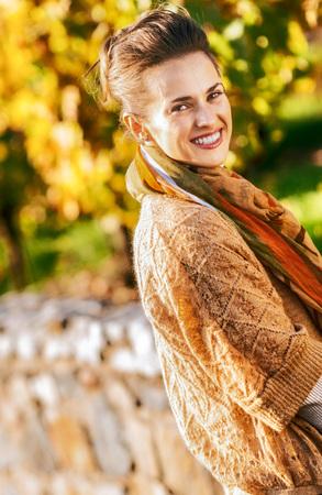 우아한 갈색 머리 여자 가을 공원에서 휴식을 웃고 스톡 콘텐츠 - 83771984