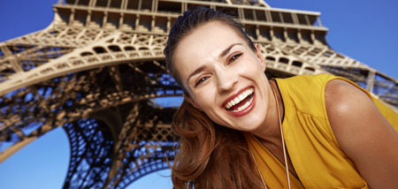 Touristy, 의심의 여지가 있지만, 아직 재미. 프랑스 파리에서에서 에펠 타워의 앞에 행복 한 젊은 여자의 초상화