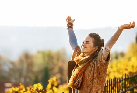 야외에서 기쁜 가을 야외에서 행복 한 젊은 여자