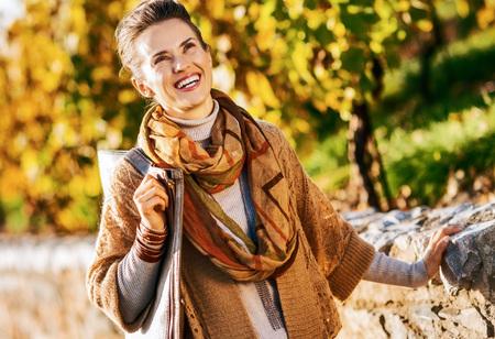 가을 공원에서 행복 한 젊은 여자 스톡 콘텐츠 - 83984958