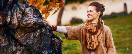 저녁에 가을 공원에서 서 행복 한 젊은 여자의 초상화 스톡 콘텐츠
