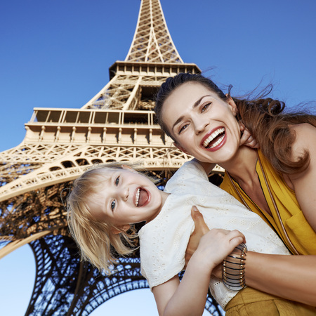 Touristy, 의심의 여지가 있지만, 아직 재미. 프랑스 파리에서에서 에펠 탑에 대 한 쾌활 한 어머니와 딸 여행자의 초상화