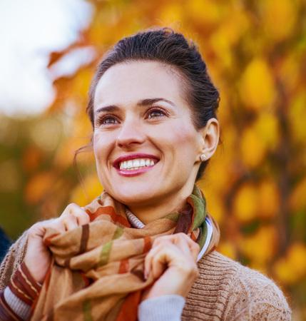 야외에서 저녁에 행복 한 젊은 여자의 초상화 스톡 콘텐츠 - 83771604