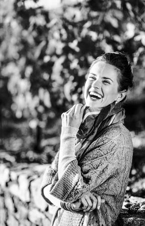 가 야외에서 웃는 젊은 여자의 초상화