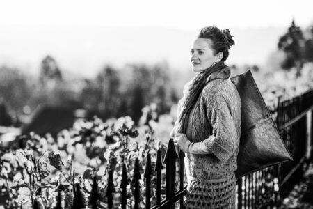 가을 야외에서 거리를 찾고 젊은 여자 스톡 콘텐츠