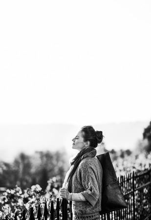 가 야외에서 편안한 젊은 여자의 초상화