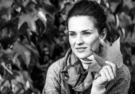 가을의 사려 깊은 젊은 여자의 초상화 leafs 단풍 앞의 스톡 콘텐츠 - 84438008