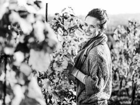 가을 포도원에서 행복 한 젊은 여자의 초상화 스톡 콘텐츠 - 84438012