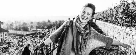 가 야외에서 행복 한 젊은 여자의 초상화