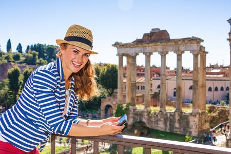 Vacanza romana. donna felice giovane viaggiatore a Roma, Italia visualizzazione delle foto sulla fotocamera Archivio Fotografico - 87252587