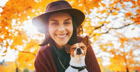 가을에는 야외에서 강아지와 함께 행복 한 젊은 여자의 초상화 스톡 콘텐츠
