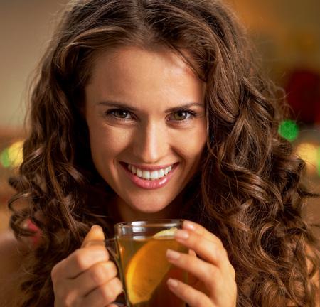 Retrato de mujer joven feliz con taza de té de jengibre Foto de archivo - 89216908