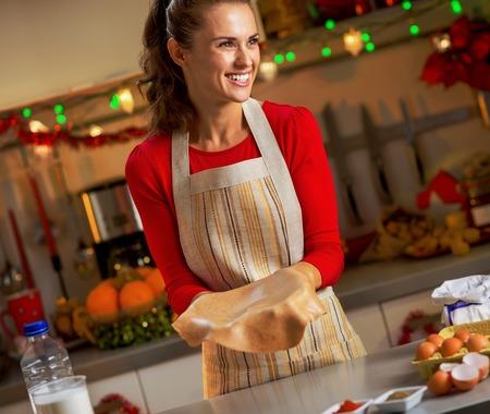 クリスマスのクッキーの生地を作る幸せな若い主婦