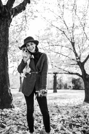 야외에서 개가 웃는 젊은 여자의 초상화 스톡 콘텐츠 - 89458378