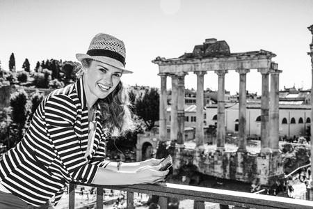 Vacanza romana. donna felice giovane viaggiatore a Roma, Italia visualizzazione delle foto sulla fotocamera Archivio Fotografico - 90411450