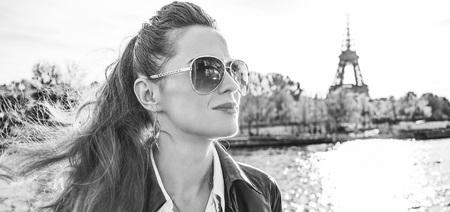 Escapades automnales à Paris. Portrait, de, jeune femme élégante, dans, lunettes soleil, sur, remblai, dans, paris, france, regarder, dans, les, distance Banque d'images - 94389780