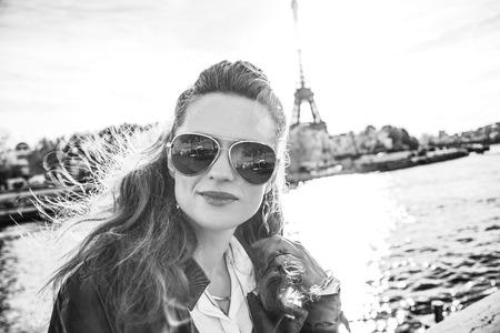 Escapades automnales à Paris. Portrait, de, jeune, femme élégante, dans, lunettes soleil, sur, remblai, dans, paris, france Banque d'images - 92725878