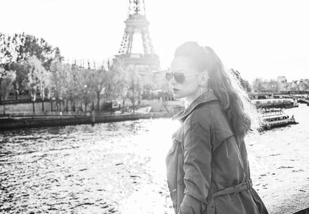 Escapades automnales à Paris. Portrait, de, jeune, femme élégante, dans, lunettes soleil, sur, remblai, près, eiffel, tour, dans, paris, france, regarder, dans, les, distance Banque d'images - 92682585