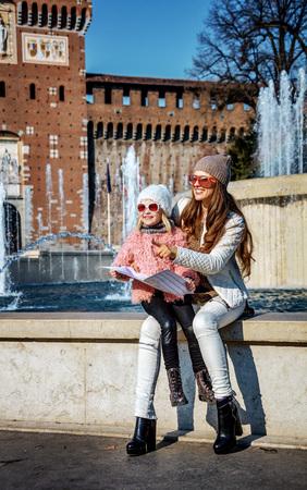Redécouvrir les choses aiment l & # 39 ; amour en italie fond de la loupe pleine de sourire et heureux fille de touristes dans les mains de soleil à gauche en tenant la carte du téléphone et souriant Banque d'images - 93804262