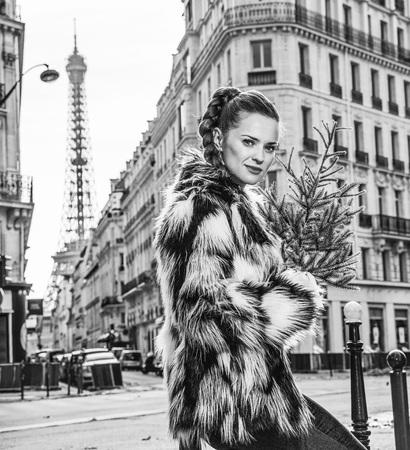 Un hiver branché et chaud à Paris. Portrait de femme à la mode avec arbre de Noël à Paris, France Banque d'images - 95023159