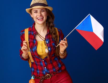 Auf der Suche nach der politischen Orte . Glückliche aktive Reisendfrau mit dem Zeigen der Flagge der Tschechischen Republik lokalisiert auf blauem Hintergrund Standard-Bild - 98714444