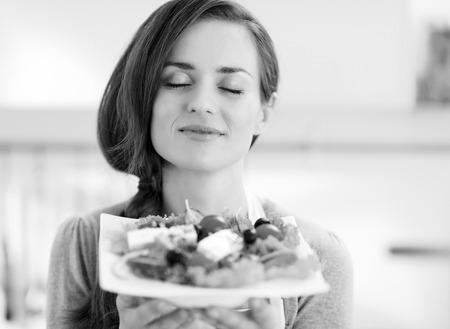 Portrait of young housewife enjoying fresh salad Banco de Imagens - 101869133