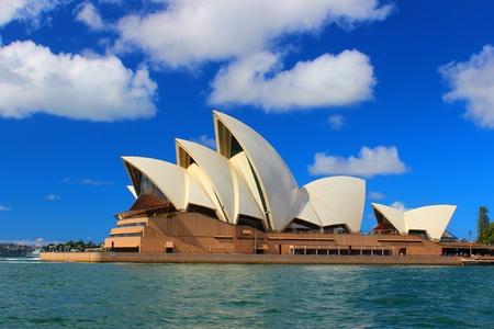 skie: Sydney Opera House harbour blue sky clouds harbour australian monument