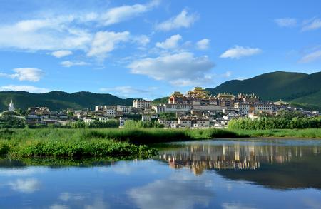 Songzanlin チベット仏教の僧院、中国のシャングリラ、雲南省の神聖な湖の水の反映